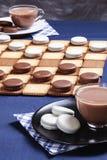 Les contrôleurs et deux tasses du biscuit de café photo stock