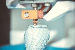 Les copies de l'imprimante 3D de HD 1080, crée, versant, jaunissent un chiffre, forme de plastique, plan rapproché Photo libre de droits