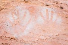 Les copies négatives de main faites avec la peinture blanche ont pulvérisé sur le mur Image libre de droits