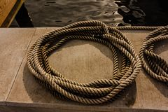 Les cordes préparent Franco Camion l'attachement vers le haut d'un yacht image libre de droits