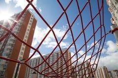 Les cordes rouges sous forme de maisons de Web sur le fond dans le contre-jour du coucher de soleil Les enfants folâtrent l'envir photo libre de droits