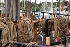 Les cordes sur un bateau de navigation historique, voyage risque sur la mer Photos libres de droits