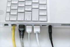 Les cordons ont branché à l'ordinateur portable Photos libres de droits