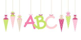 Les cornets accrochants droits fille et ABC d'école de bannière marque avec des lettres le vert rose illustration libre de droits