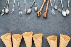 Les cornets de crème glacée plats de configuration collection, cuillères, fourchette et miel plongent Photographie stock libre de droits