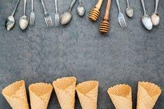 Les cornets de crème glacée plats de configuration collection, cuillères, fourchette et miel plongent Photo stock