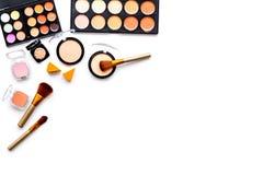 Les cosmétiques décoratifs ont placé, des fards à paupières, le fard à joues, nailpolish, brosses sur le copyspace blanc de vue s Photographie stock libre de droits