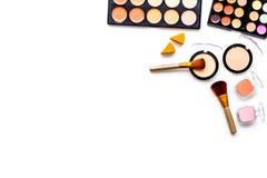 Les cosmétiques décoratifs ont placé, des fards à paupières, le fard à joues, nailpolish, brosses sur le copyspace blanc de vue s Photo stock