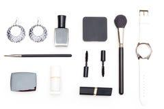 Les cosmétiques et les accessoires femelles sont noirs et blancs sur un blanc Photo libre de droits