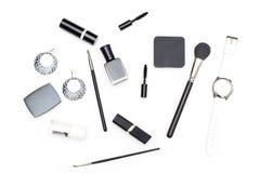 Les cosmétiques et les accessoires femelles sont noirs et blancs sur un blanc Image stock