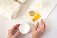 Les cosmétiques s'étendent à plat sur le fond blanc photos libres de droits