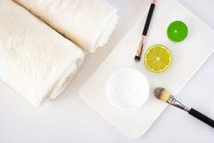 Les cosmétiques s'étendent à plat sur le fond blanc image libre de droits