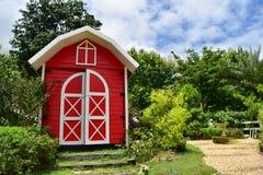 Les cottages rouges dans le style anglais de jardin Image stock