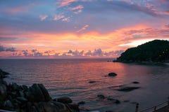 Les couchers du soleil et les levers de soleil chez Cristal aboient, Samui, Thaïlande Image libre de droits