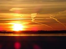 Les couchers du soleil sont beaux dans la nuit sur la mer Photographie stock libre de droits