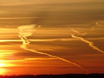 Les couchers du soleil sont beaux dans la nuit sur la mer Images libres de droits