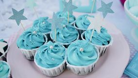 Les couleurs bleues de beaux gâteaux sont du plat Attente des vacances banque de vidéos