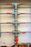 les couleurs contrastent la haute eau de pipes Photos libres de droits