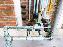 les couleurs contrastent la haute eau de pipes Photographie stock