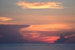 Les couleurs dans le ciel deviennent encore plus profondes pendant que le soleil se lève au-dessus de l'océan outre de Boca Beach Images stock