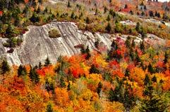 Les couleurs de chute entourent une falaise de roche sur la route express de BlueRidge Photo stock