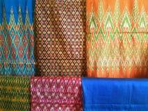 Les couleurs de la soie thaïlandaise Photo libre de droits