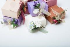 Les couleurs en pastel cartonnent des boîte-cadeau de mariage avec le ruban et la fleur Photos libres de droits