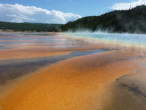 Les couleurs multiples d'orange, de brun, et des bleus chez le Hot Springs prismatique grand, Yellowstone Image stock