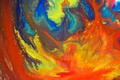 Les couleurs rouges, vertes, bleues, jaunes ont mélangé le macro liquide photos stock
