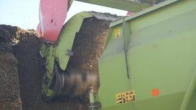 Les coupes de tracteur font les foins à une ferme banque de vidéos