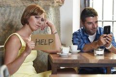 Les couples à l'intoxiqué de téléphone portable de café équipent ignorer la femme frustrante demandant l'aide Image stock