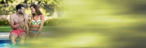 Les couples à la piscine avec l'été verdissent la transition de brume Image stock