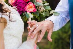 Les couples échangent leurs anneaux de mariage photo stock