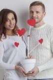 Les couples élèvent l'arbre de l'amour Images stock