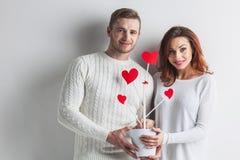Les couples élèvent l'arbre de l'amour Photographie stock