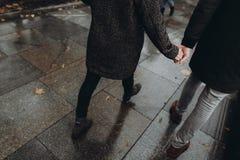 Les couples élégants de hippie marchant tenant des mains en automne se garent Fa Photo libre de droits