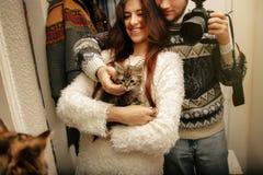 Les couples élégants de hippie ont adopté le petit chaton doux sans abri et Image libre de droits