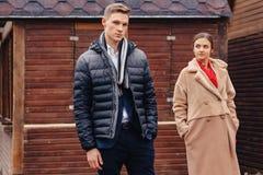 Les couples élégants marchent au-dessus de la ville au temps froid photographie stock libre de droits