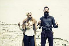 Les couples émotifs s'approchent du mur Photos libres de droits