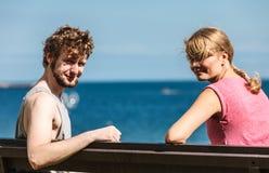 Les couples équipent et dater de femme extérieur Photographie stock libre de droits