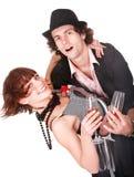 Les couples équipent et fille avec la danse de vin. Image stock