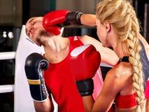 Les couples équipent et la boxe de femme en anneau Images libres de droits