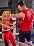 Les couples équipent et la boxe de femme en anneau Photographie stock libre de droits