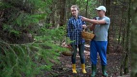 Les couples équipent et la femme discutent pour trouver la sortie de la forêt avec les généralistes futés de téléphone clips vidéos