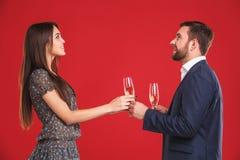 Les couples équipent et le champagne potable de femme Images libres de droits