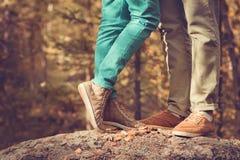 Les couples équipent et les pieds de femme dans le mode de vie extérieur romantique d'amour Images stock