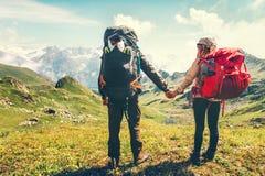 Les couples équipent et les voyageuses de femme avec le sac à dos Images stock