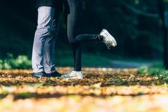 Les couples équipent et les pieds de femme dans l'amour Jeune concept de la famille heureux Mode de vie avec la nature sur le fon Image libre de droits