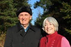 Les couples aînés apprécient la promenade de régfion boisée. Images stock