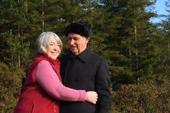 Les couples aînés apprécient la promenade de régfion boisée. Image libre de droits